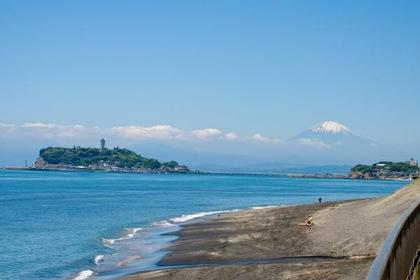 <関東大震災の折に隆起した烏帽子岩が見える>湘南海岸コース