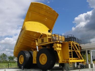 目立つ黄色の車体・こまつの杜930E