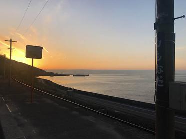 観光客に大人気。愛媛、瀬戸内下灘駅の夕日絶景スポットをご紹介