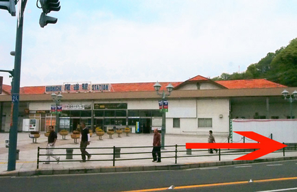 駅目の前の横断歩道は渡らず、画像の矢印方向へ直進します