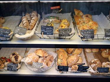 가게 쇼케이스에는 많은 종류의 빵이 진열되어 있다.