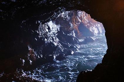 神秘的な「三段壁洞窟」