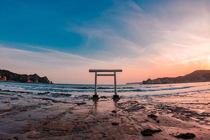 千葉県・勝浦にある「鵜原海水浴場(うばら)」には真っ白な鳥居が!