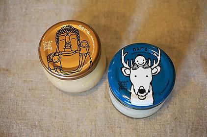 左:まほろば大仏プリン 378円、右:白い鹿のプリン432円