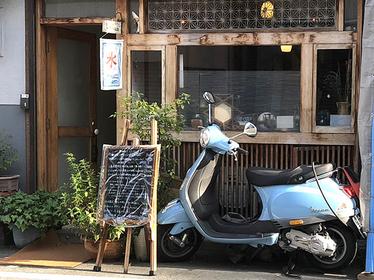 爽やかな、水色のバイクが店の目印!