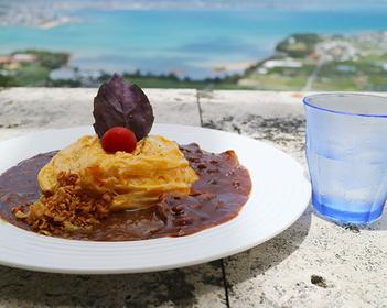 本島南部は絶景カフェの宝庫。青い空と海を目の前に美味しいランチを