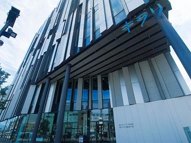 スタイリッシュで近代的な建物にワクワク!