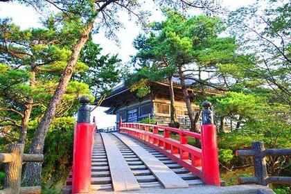 朱塗りの橋は写真を撮る人が多いスポット