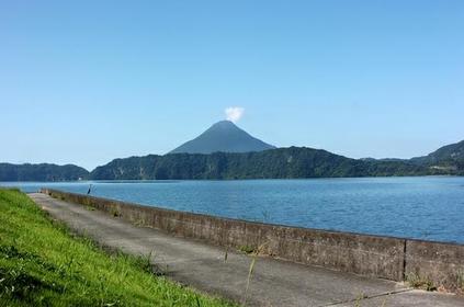 <長崎鼻から続く渚の先に立つ開聞岳>指宿・開聞岳コース