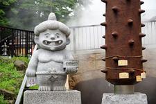 商店街の中ほどにある石像。仲良く2体並んだこちらは恋愛成就を願って♪/日帰り入浴施設「さぎり湯」入口にある石像。無病息災、諸病平癒を!