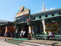 函館の観光スポット「金森赤レンガ倉庫」前にあるマリーナ末広店