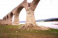 干上がった湖と「タウシュベツ川橋梁」