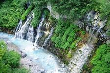 川の色が青白く、川の中にある岩も白っぽく変色しています