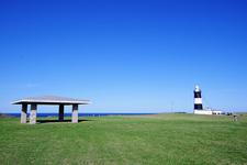 オホーツク海をバックにポツンと建つ灯台がカワイイ♪