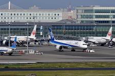 国際線では燃料サーチャージを徴収するのが一般的。写真は東京国際空港