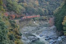 保津峡に沿って走る嵯峨野トロッコ列車
