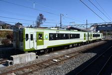 小淵沢駅で発車を待つ小海線のディーゼルカー