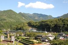 山寺付近を走る仙山線の電車