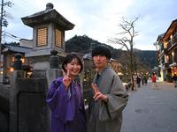 若い観光客も多い城崎温泉街