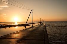 夕陽に染まる長部田海床路