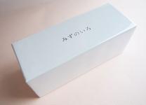 15cmほどの長方形のまっしろい箱に、きらりと光る5文字。