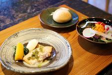 本日の魚料理。カジキマグロのソテー。玉ねぎと一緒に炒めた大根ソースが絶品!