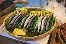 さんまなど、新鮮な魚が並ぶ