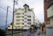 伊豆稲取駅から徒歩約15分。宿泊客には送迎マイクロバスあり