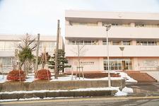 薄いピンク色の校舎は3階建て