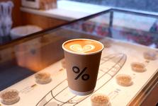 コーヒー豆はもちろん、タンブラーなど、お店のロゴ入りグッズも購入できます