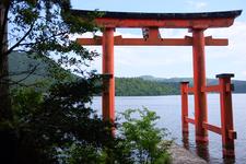 九頭龍神社の鳥居と芦ノ湖