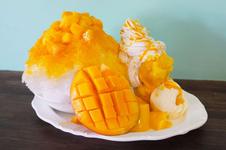 生のマンゴーはもちろん、マンゴーソルベ、マンゴーソース、マンゴーフレーバーのかき氷がてんこ盛りの「マウンテンマンゴーパフェ」