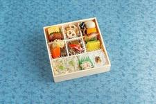 月替わり弁当「琴」1,350円(税込) ※画像は2018年7月発売のものです