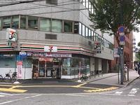 官公庁、ビジネス街や繁華街にアクセス抜群。広島東洋カープ公式グッズのお店が近くにあります。