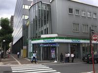 緑の木々が並ぶ「平和大通り」沿いに位置。広島市役所、中国電力、広島中央郵便局へのアクセスが良い場所です。