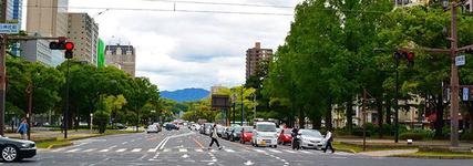 平和公園前を東西にのびる平和大通リは通称「100m道路」(道幅が100mのため)