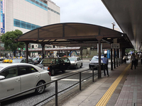 JR広島駅南口側のタクシー乗り場。タクシー乗り場向いに広島みやげ店が立ち並ぶ「ひろしま駅ビルASSE」があります。