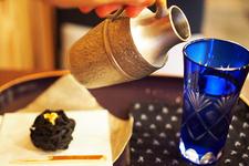『上生菓子 黒~KURO~』中餡はマスカルポーネチーズの白餡