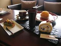豆のタルト432円 ロールケーキ378円 ※+378円でコーヒーセットに変更可