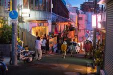 通りの左側に見えるのがColors Cafe