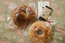 デニッシュロール紅茶(左)130円(税込) ヘーゼルナッツチョコベーグル(右)160円(税込)