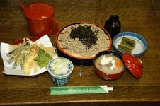 ざるそば、天ぷら、けんちん汁がセットになった「もみじセット」 1,750円(かぎもとや本店)