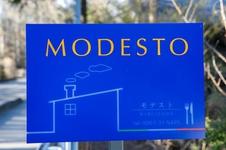 「MODESTO(モデスト)」 看板