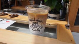 蔵前の人気店「LEAVES COFFEE APARTMENT(リーブスコーヒーアパートメント)」のコーヒー。テイクアウトもできます。
