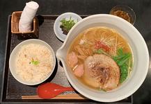 「麺処 銀笹(ぎんざさ)」の「塩ラーメン」880円、「鯛飯」220円