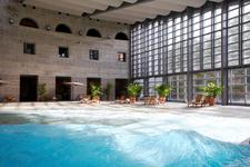 不安定な水面で行うストレッチ体験ができる室内プール「イルマーレ」