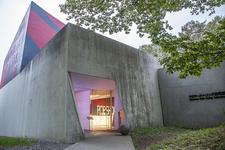 森の中に佇む、ユニークな「中村キースへリング美術館」