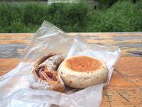 「pan tocori (パン トコリ)」のパン。お店の裏手にあるスペースでいただきました。