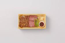 「肉卸 小鳥」の『黒毛和牛低温調理ステーキと焼肉2色弁当』1,880円(税込)