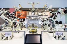 高度なロボットシステムによる車の製作を見学!